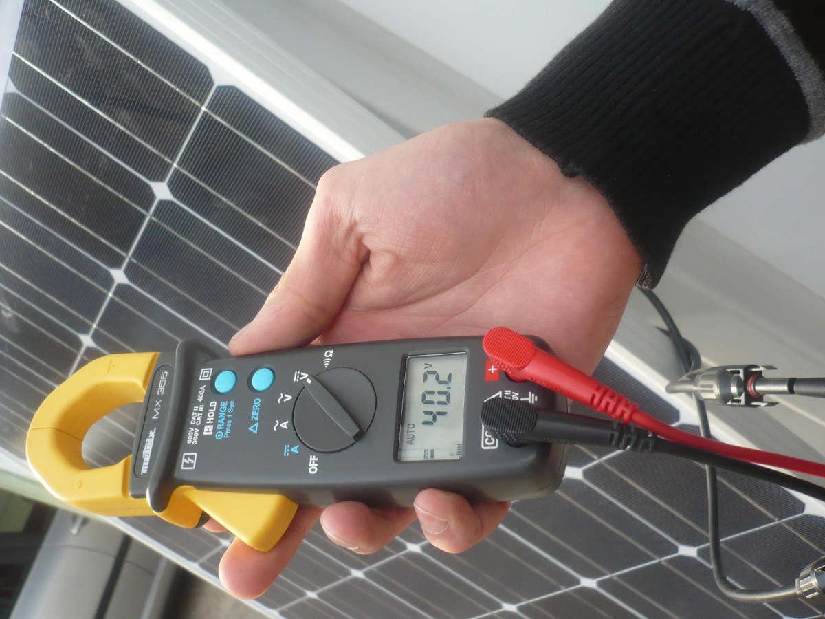 Technicien répare pannes panneaux solaires